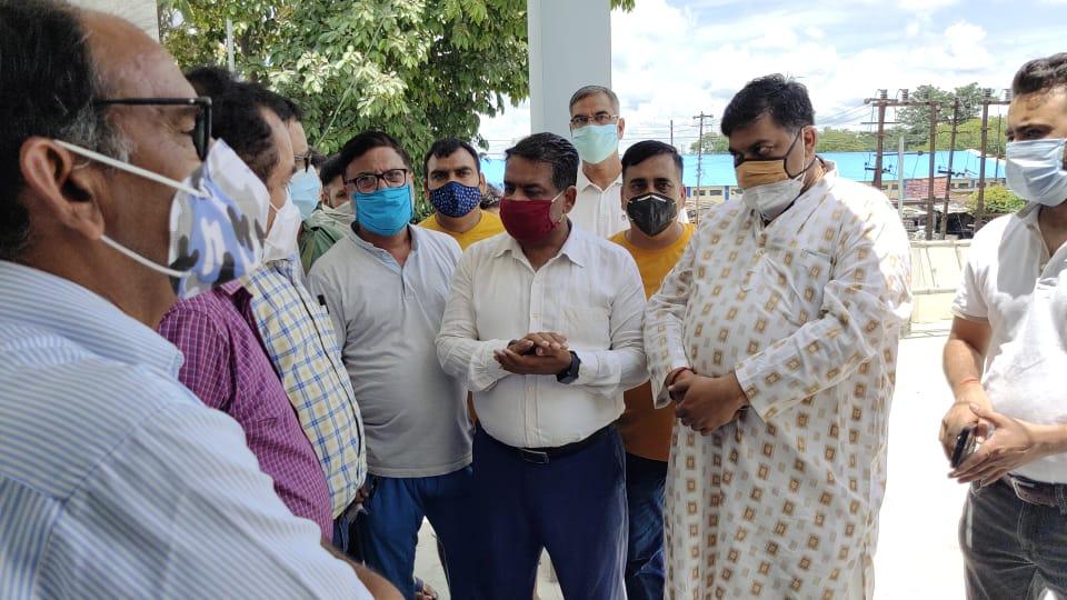 बिजली कटौती के विरोध में व्यापारियों का नवोदय पावर हाउस पर प्रदर्शन