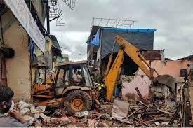 मुंबई में भारी बाारिश के कारण इमारत गिरी, 11 लोगों की मौत, 18 घायल