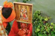 उत्तर प्रदेश : गंगा में देवी-देवताओं की तस्वीरों के साथ बंद बक्से में मिली नवजात बच्ची