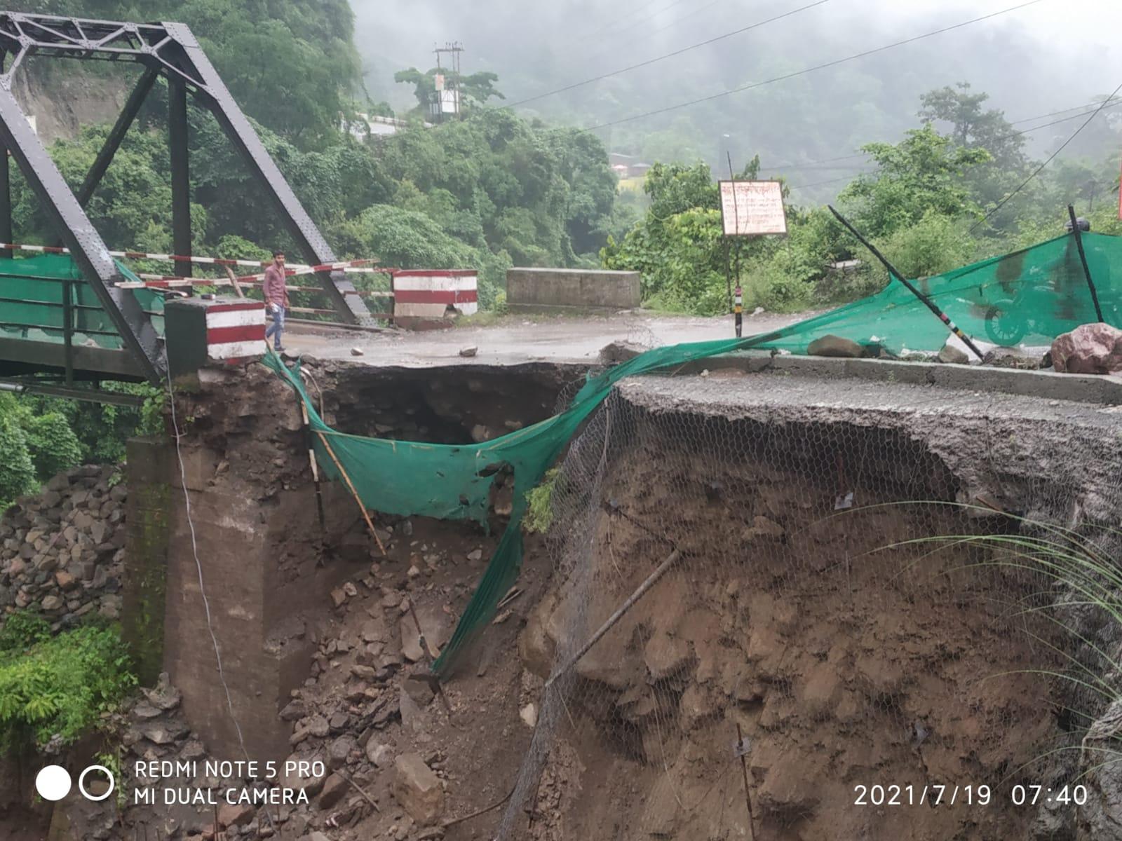 भारी बारिश से रानीबाग पुल की सड़क क्षतिग्रस्त आवाजाही पूर्ण रूप से बंद