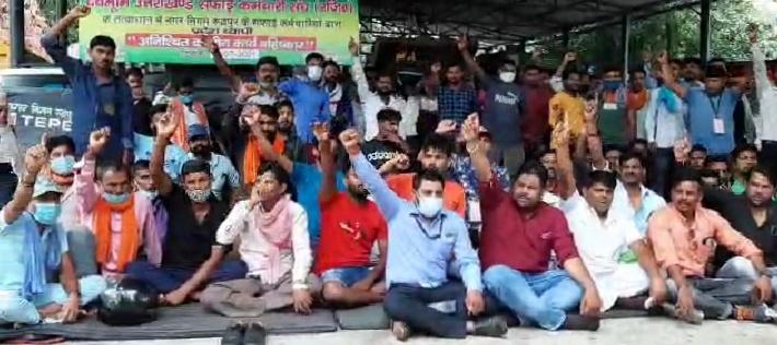 नगर निगम के सफाई कर्मचारियों की हड़ताल शुरू, शहर में लगे कूड़े के ढेर