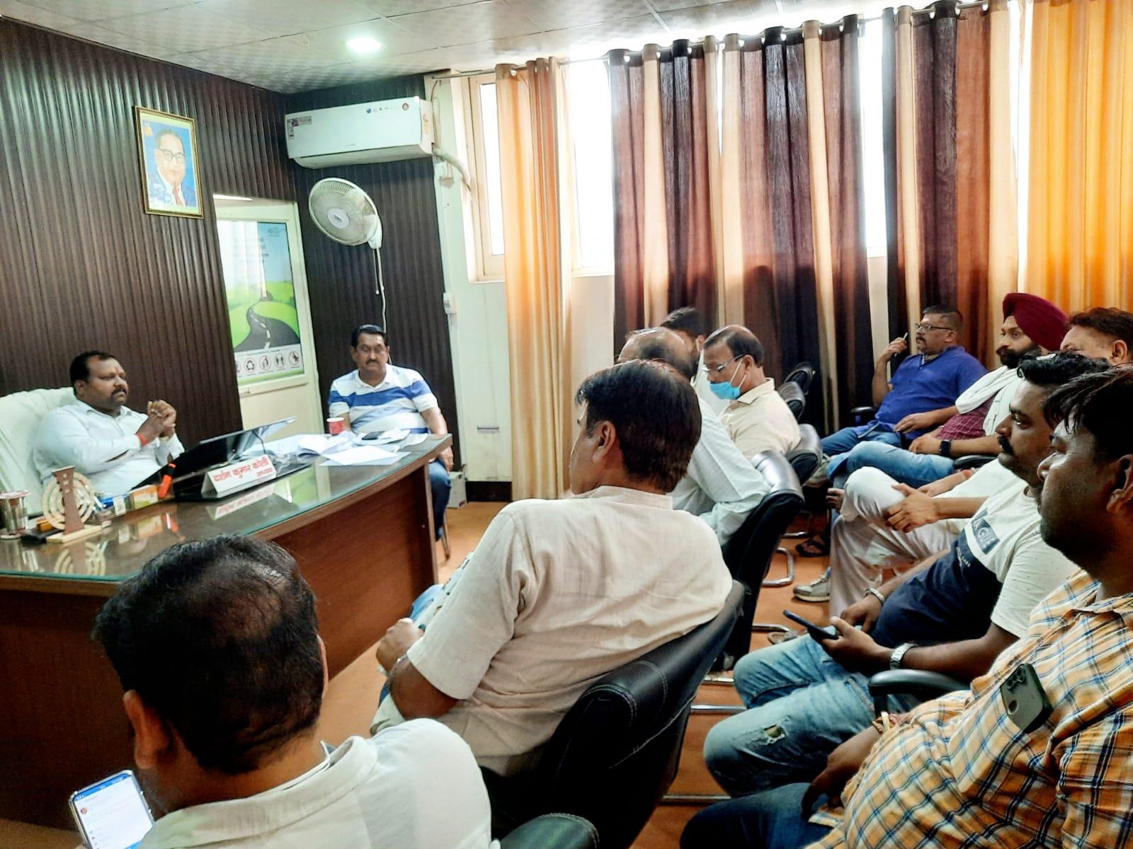 किच्छा में जलभराव पर बेहड़ पहुंचे नगर पालिका दफ्तर