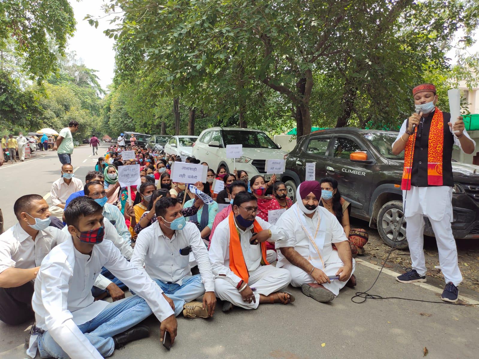 महिला पुलिसकर्मी पर कार्रवाई की मांग को लेकर एसएसपी ऑफिस पर धरना