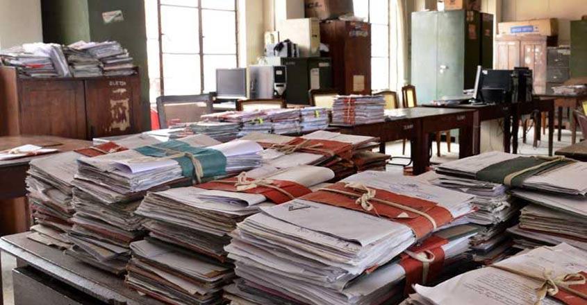 वाह री व्यवस्था : क्षेत्र पंचायत सदस्य के फर्जी निर्वाचन पर कुंडली मारकर बैठ गए बड़े प्रशासनिक अफसर