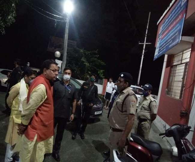 देर रात बिंदाल पुलिस चौकी पहुंचे मुख्यमंत्री धामी, पुलिसकर्मियों में मचा हड़कंप, हवालात में एक शख्स को बंद देख पूछा कारण