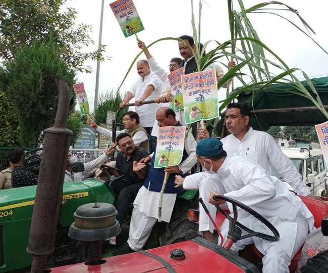 ट्रैक्टर पर गन्ना लाद निकले प्रीतम सिंह समेत कांग्रेसी, सरकार के खिलाफ बोला हल्ला