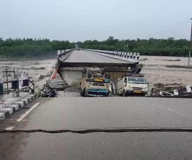 जौलीग्रांट एयरपोर्ट और ऋषिकेश के बीच रानीपोखरी का पुल ध्वस्त, कई वाहनों के बहने की खबर