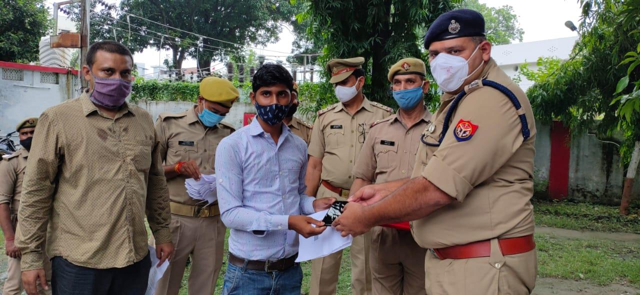 पुलिस ने 10 लाख कीमत के मोबाइल किये बरामद, मालिकों को लौटाया
