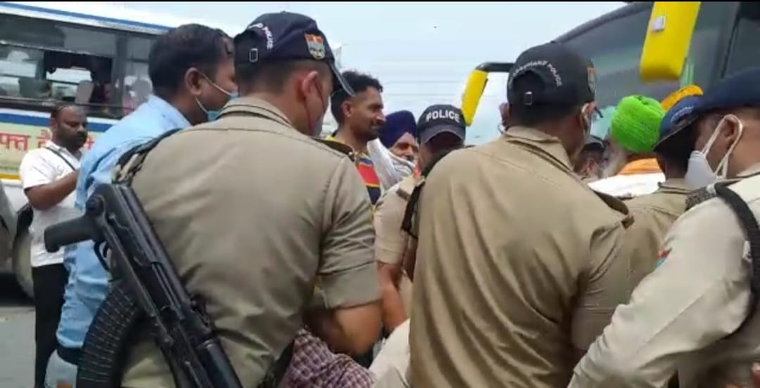 जन आशीर्वाद योजना का विरोध करने जा रहे हैं सैकड़ों किसान हिरासत में