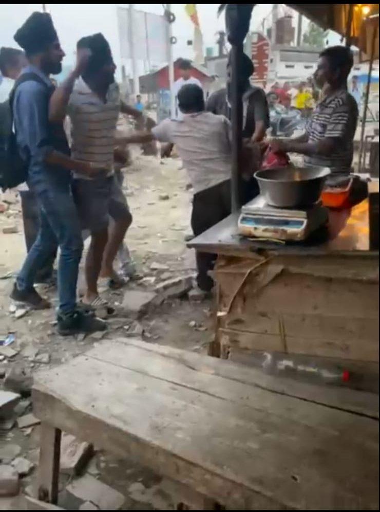 देखिए, रुद्रपुर में किस तरह गिराकर पीटा गया पूर्व ग्राम प्रधान को, वीडियो वायरल, पुलिस में हड़कंप