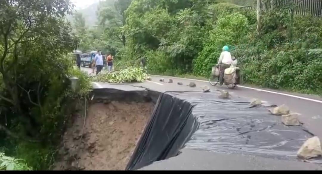 नैनीताल मार्ग का हिस्सा गिरा, यातायात बाधित