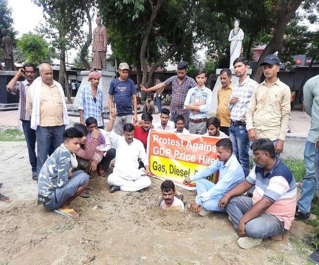 महंगाई के खिलाफ कांग्रेस का अनोखा विरोध, गड्ढे में दफन होकर किया प्रदर्शन