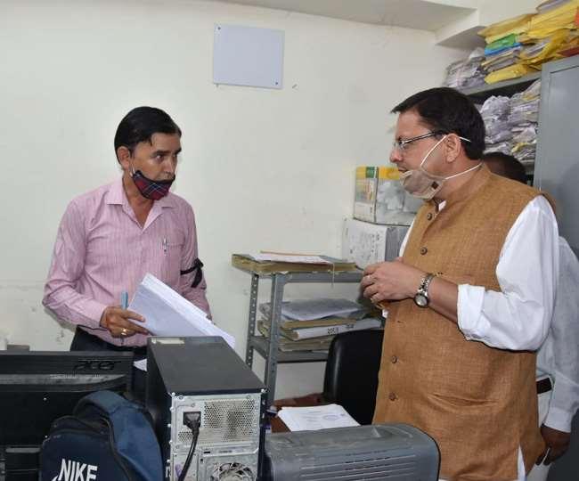 मुख्यमंत्री धामी ने देहरादून नगर निगम कार्यालय का किया औचक निरीक्षण