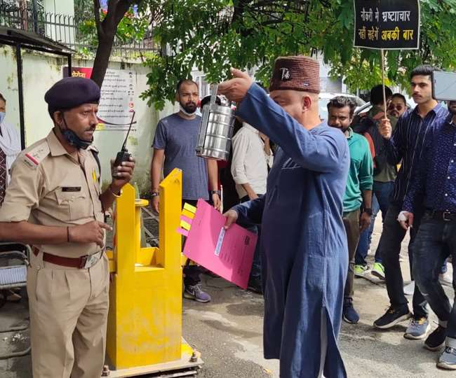 हाथ में लंच बाक्स लेकर सचिवालय में नौकरी ज्वाइन करने पहुंचे कर्नल अजय कोठियाल