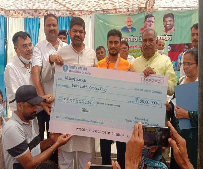 मनोज सरकार के नाम पर होगा रुद्रपुर स्टेडियम, खेल मंत्री ने सौंपा 50 लाख का चेक