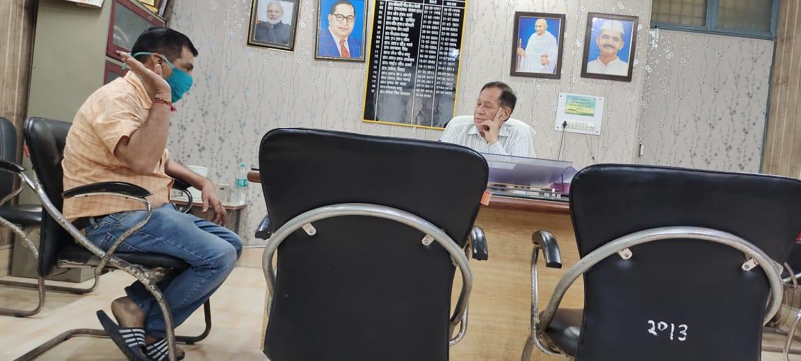 एसीएमओ डॉक्टर हरेंद्र मलिक ने की सीएचसी गदरपुर के प्रभारी से गाली- गलौज, सीएमओ के सामने हंगामा