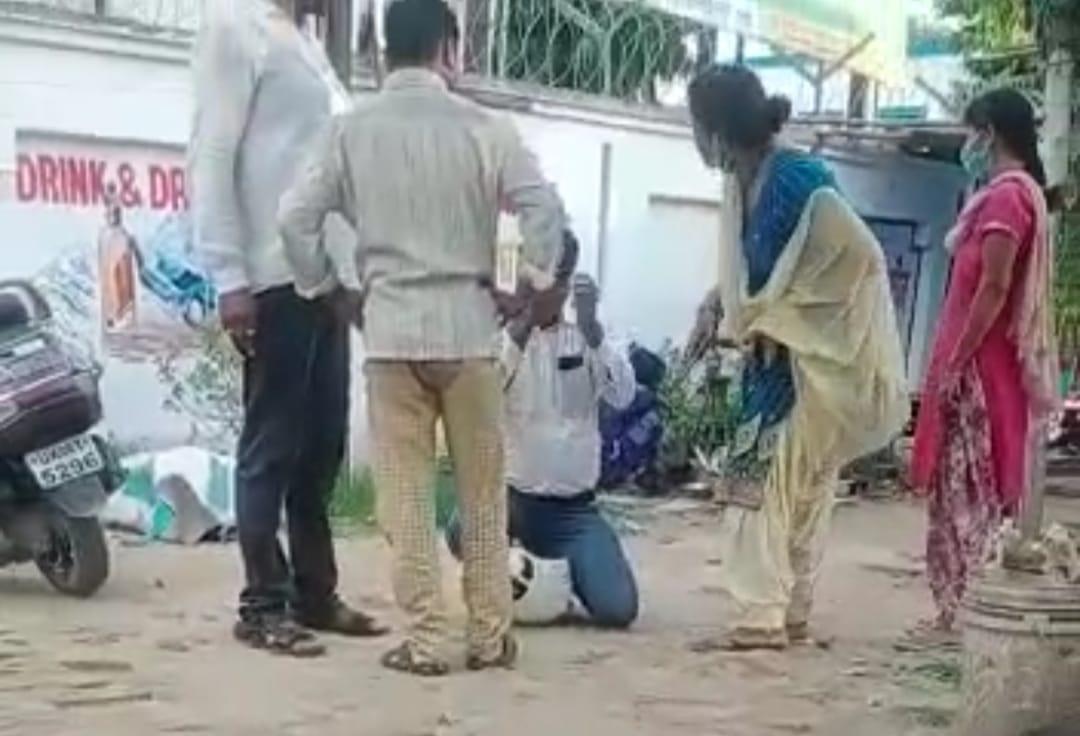 चप्पल पर चप्पल : रुद्रपुर जिला अस्पताल में स्वास्थ्य कर्मी की महिला कर्मी ने जमकर की चप्पलों से पिटाई