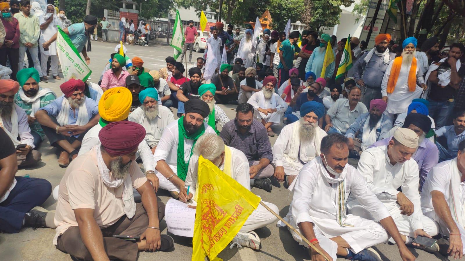 रुद्रपुर कलेक्ट्रेट में किसानों का प्रदर्शन